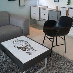 Det tøffeste stuebordet finner du hos @btfdesign Utrolig tøft! Posteren i bordet finner du på Gallerome.no.