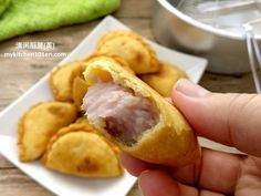 The filling for this taro paste puff is made with fresh taro. This filling has a light purple colour, very creamy and has a rich taro fragrance. Taro Pie Recipe, Taro Recipes, Puff Recipe, Hawaiian Dessert Recipes, Sweet Potato Dessert, Steamed Rice Cake, Sweet Buns, Egg Tart, Asian Desserts