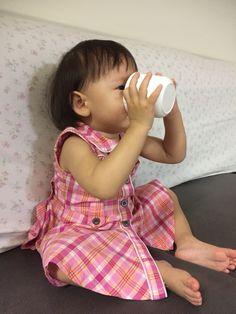 혼자서 컵에 있는 물도 잘 마신다. 이제야 사진을 찍어줬네.