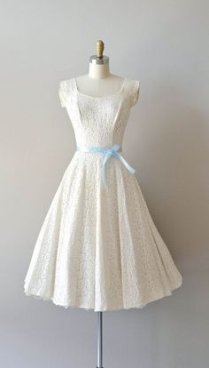 vintage lace dress with simple and elegant light blue sash Source by dnapro Kleider Pretty Outfits, Pretty Dresses, Beautiful Outfits, Cute Outfits, Gorgeous Dress, Vintage Outfits, Vintage Fashion, Vintage Clothing, 1950s Fashion