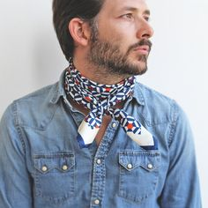 How to wear a silk scarf : around your neck, your wrist, your hair,. How To Wear Bandana, How To Wear Scarves, Suit Fashion, Mens Fashion, Fashion Outfits, Mens Silk Scarves, Men's Scarves, Comment Porter Un Bandana, Fashion Souls