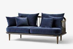 La canapé Fly est réalisé chêne massif. L'assise est en mousse pressé à froid. Trois combinaisons sont possibles : la structure en chêne huilé blanchi avec un tissu beige foncé ou une structure en chêne fumé huilé avec un tissu gris foncé ou velour bleu (Harald 2 numéro 182 de chez Kvadrat). Le tissu proposé est le Chivasso Hot Madion, il est composé de 63% coton et de 37% de lin. Les coussins peuvent être positionner comme souhaite l'utilisateur. Cette collection comprend un fauteuil, un…