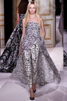 Giambattista Valli - Pasarela- adoro a combinaçao calça com vestido, yin e yang..