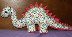 Um divertido dinossauro com cerca de 70cm de comprimento, da cabeça até ao rabo. O molde é da nossa autoria. A funny dinosaur with abou...