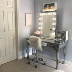 Shine bright like a diamond @daniafarhatinteriors ft. our #impressionsvanityglowxl⠀