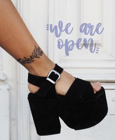 [ CHOFIS DEL DIA ] 🔮 Lady Move Gamuza Negra 🔮 #SoydeGrecia #Fashion Platform Shoes Heels, Shoes Heels Boots, Heeled Boots, Sock Shoes, Cute Shoes, Chunky Shoes, Prom Heels, Sexy High Heels, Footwear