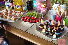Ein kunterbuntes Buffet für den Kindergeburtstag. Kleine, schnell gemachte Häppchen und Fingerfood.