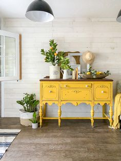 Welcome summer with these EASY entryway decor tips! #entryway #mantel #summerdecor #summertime #summerhomedecor #lemons #lemondecor #lemonhomedecor #yellowbuffet Home Design, Feng Shui, Entryway Decor, Bedroom Decor, Summer Mantel, Fresh Living Room, Summer Bedroom, Pallet Ideas Easy, Yellow Home Decor