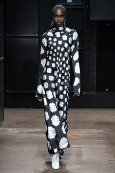 Marni Fall 2019 Ready-to-Wear Fashion Show - Vogue Foto Fashion, Curvy Fashion, Runway Fashion, Seoul Fashion, Fashion Trends, Fashion Poses, Fashion Outfits, Vogue, Black Women Fashion
