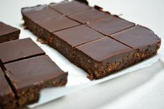 No Bake Chocolate Squares - the only work required is melting some butter and chocolate, then cut these up and freezer to pop into the lunch boxes Chocolate Slice, Chocolate Squares, Healthy Food Options, Healthy Recipes, Cake Cookies, Goodies, Food And Drink, Bude, Sweets