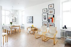 Artekin tuolit ja tarjoiluvaunu ovat 1980-luvulta. Ne ovat välillä olleet Suvi-tyttären käytössä ja palautuivat nyt vanhempien uuteen kotiin. Valaisin on Ingo Maurerin Zettel´z, jota Marja-Leena oli halunnut jo pitkään. Tässä kodissa on sille riittävästi huonekorkeutta ja tilaa.