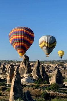 Hot air ballooning in Cappadocia, Turkey is top of many people's bucket lists – and it's not hard to see why! However, there are lots of things to think about, from what to wear to who to book with. Find out all about the Turkey hot air balloon experience, the best places for photography, some great recommendations for cave hotels in Cappadocia, plus plenty more great things to do in Cappadocia in Turkey. #Cappadocia #Turkey #CappadociaTurkey #HotAirBallooning #TurkeyTravel #Wanderlust