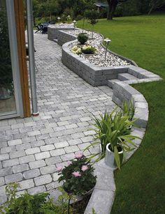 I like the wall and pavers Sloped Backyard Landscaping, Landscaping Retaining Walls, Backyard Patio Designs, Back Gardens, Outdoor Gardens, Garden Stairs, Dream Garden, Garden Planning, Garden Projects