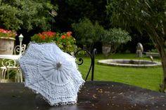 ombrelle de poupée boutis Wedding Dress Quilt, Casual Wedding, Wedding Fun, Under My Umbrella, Vintage Soul, Flower Girl Gifts, Fabric Manipulation, Stitch Design, Quilt Top
