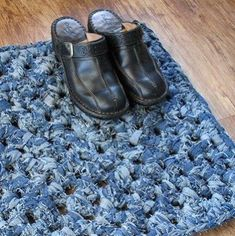 You can now crochet a lovely doormat out of old denim jeans.Supplies: 5 pairs of denim jeans, one size crochet hook, and scissors. Artisanats Denim, Denim Rug, Denim Quilts, Denim Purse, Jean Crafts, Denim Crafts, Crochet Home, Knit Crochet, Crochet Carpet