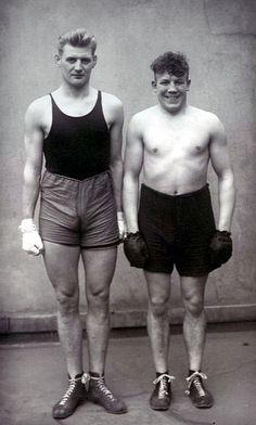 """""""Boxers"""" Auguste Sander, 1918. As poses dos retratados não são dinâmicas, não transmitem a ideia de movimento."""