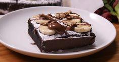 Τα brownies με μπανάνα και 4 υλικά είναι μια γλυκιά, σοκολατένια και πρωτίστως οικονομική ιδέα για να γλυκαθείτε !! Εκτέλεση Προθερμαίνετε το φούρνο στους 175C. Τοποθετείτε όλα τα υλικά στον κάδο ενός μπλέντερ. Χτυπήστε μέχρι να έχετε ένα ομογενοποιημένο μείγμα και σιγουρευτούτε ότι έχουν χτυπηθεί τα αυγά κι έχουν απορροφηθεί από το μείγμα. Απλώστε λαδόκολα …