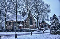 SINT-PANCRAS - De Witte Kerk in Sint-Pancras is ruim vijf eeuwen oud en hier weer bijna net zo wit als vroeger.