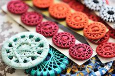 リングにクルクルと糸を巻き付けて作っていくリングワーク。こんなにもかわいいモノが作れてしまいます。作ったリングは自分で好きな所につけてアレンジができちゃいますよ。リングワークの基本的な作り方や、素敵な作品をご紹介します。