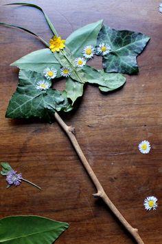 Réalisez un superbe masque de fée avec des fleurs séchées et des éléments naturels.  Girl Scout Activities, Activities For Kids, Theme Nature, Tee Set, Land Art, Crafty Kids, Creative Crafts, Kids Christmas, Fun Projects