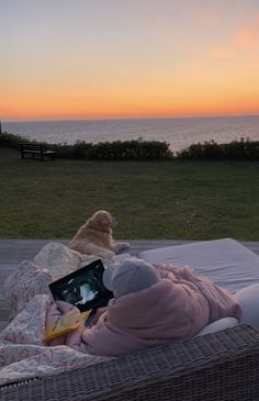 Aesthetic summer vibes vsco friends friend group nature sunset bucklist things to do movie night netflix beach couple laptop movie night sleepover Dream Life, Live Life, My Dream, Summer Feeling, Summer Vibes, Diy Foto, Summer Goals, Foto Instagram, Summer Bucket Lists