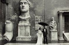 Sposi nel cortile di Palazzo dei Conservatori, Roma ph. Gianni Berengo Gardin