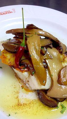 Spanish Dishes, Spanish Food, Spanish Kitchen, Pescado Recipe, Fish Recipes, Healthy Recipes, Guisado, Food Decoration, Food Humor