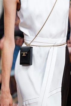 Tod's | Accessorio del giorno Primavera Estate 2020 | Vogue Italia Latest Handbags, Latest Bags, Women's Handbags, Vogue Paris, Fashion Bags, Fashion Show, Small Leather Goods, Cloth Bags, Mannequins