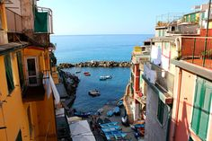 Which town should I stay in at Cinque Terre? In this overview of Cinque Terre, find out the differences between the towns and which is best for you. Travel Ireland Tips, Places To Travel, Places To Visit, Italy Travel, Italy Trip, Travel Europe, Tens Place, Cinque Terre Italy, Italy Honeymoon