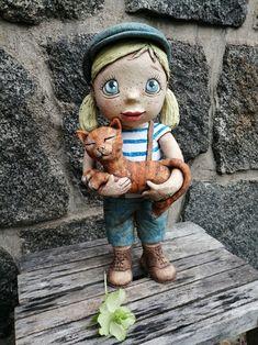 Malá uličnice s kočkou Pottery Sculpture, Bee, Teddy Bear, Toys, Creative, Animals, Sculpture, Stones, Activity Toys