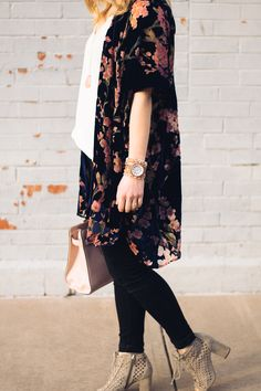 Unique Wooden Watch: The Perfect Spring Accessory Spring Outfit Inspiration// How to Style a Kimono Floral Kimono Outfit, Kimono Fashion, Spring Summer Fashion, Spring Outfits, Autumn Fashion, Casual Outfits, Cute Outfits, Fashion Outfits, Fashion Women