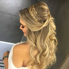 Pretty Half up half down hairstyles – partial updo wedding hairstyle Half up half down wedding hairstyles,partial updo bridal hairstyles - a great options for the modern bride from flowy bohemian to clean contemporary Prom Hair Medium, Medium Hair Styles, Curly Hair Styles, Wedding Hair Down, Wedding Hair And Makeup, Wedding Bun, Trendy Wedding, Wedding Gowns, Boho Wedding
