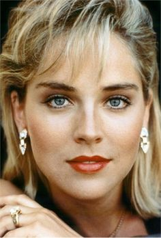 Actrices Sexy, Sharon Stone Hairstyles, Beautiful Eyes, Beautiful Women, Sharon Stone Photos, Female Stars, Iconic Women, Famous Faces, Woman Face