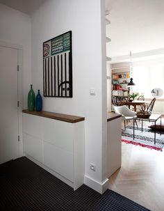 Este apartamento de um quarto possui cerca de 56m² quadrados e foi projetado pelo pessoal do KW Studio. A reforma deu uma cara nova para este apartamento q