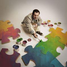 Edward lubi układać: puzzle, klocki, kredki, a także świat wokół siebie. Każdą pustą kartkę pracowicie zapełnia kolorami. Nie umie o tym pięknie opowiadać, ale pasję i miłość widać od razu!