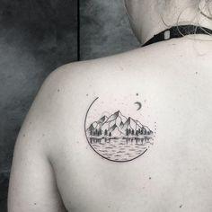 Tatuagem feita por Jay K de Frankfurt, Alemanha.    Paisagem em miniatura perto do ombro.