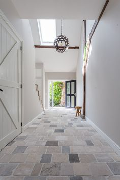 Klein formaat vloertegels van Bourgondische dallen in de hal voor een landelijke… Small sized floor tiles of Burgundian dales in the hall for a rural look Floor Design, Tile Floor, Modern Design, New Homes, Sweet Home, Indoor, Flooring, House, Stone Interior