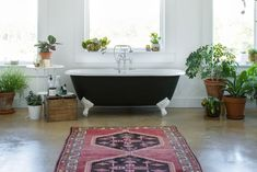 The Weird Yet Best Way to Clean a Bathtub | Apartment Therapy Clean Bathtub, Clawfoot Bathtub, Bath Tub, Home Design, Interior Design, Interior Ideas, Bathroom Cleaning Hacks, Cleaning Tips, Bathtub Cleaning