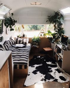Insta Find | Tin Can Homestead Airstream Living, Living In A Caravan, Airstream Decor, Airstream Campers, Rv Living, Camper Trailers, Caravan Renovation Diy, Diy Caravan, Caravan Decor
