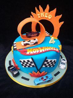 Hot Wheels Party, Bolo Hot Wheels, Hot Wheels Cake, Hot Wheels Birthday, Car Wheels, 5th Birthday Cake, Race Car Birthday, Cars Birthday Parties, Boy Birthday