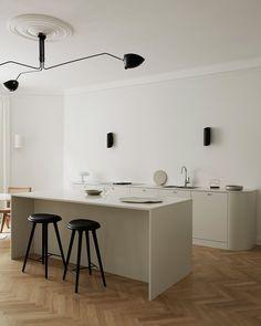 Från köket har man uppsikt över de andra två sällskapsrummen och det är en självklar plats att samlas på – särskilt med den sociala köksön i mitten. Swedish Kitchen, Real Kitchen, Minimalist Home, Minimalist Design, Country Look, Minimal Kitchen, Minimalistic Kitchen, Soft Flooring, Kitchens
