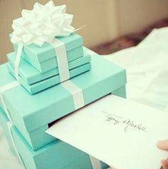 Que tal essas lindas caixas embrulhadas de presente e claro, combinando com a decoração, onde seus convidados poderao deixar uma linda mensagem para os recem casados.