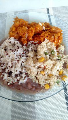 Arroz integral com sementes de linhaça. Feijão carioca. Abóbora cozida. Quinoa com milho, ervilha e cenoura.