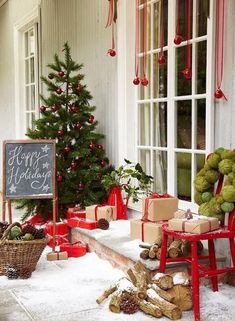 Outdoor Christmas Decoration: 6 Ideas to Steal - ambiance Noël - [post_tags Porch Christmas Lights, Porch Ornaments, Front Door Christmas Decorations, Christmas Front Doors, Noel Christmas, Green Christmas, Rustic Christmas, Natural Christmas, Outdoor Decorations