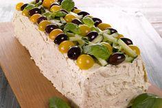 Juhliin on syytä varata tarjottavaa myös kasvisruokailijoille. Hummusvoileipäkakku sopii lakto-vegetaristeillekin. http://www.valio.fi/reseptit/hummusvoileipakakku/