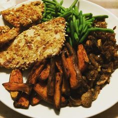 Belated dinner snap: turkey in an oat cayenne and peri per salt crust with paprika sweet potatoes green beans mushrooms and onion. Standard soured cream on the side  #90daysssplan #thebodycoach #leanin15 #wednesday #dinner #chicken #oatcrust #oats #trainingday #refuel #cayenne #periperi #greenbeans #mushrooms #onions #souredcream #lucybeecoconut #lucybeecoconutoil #sweetpotato #paprika #cleanandlean #cleanandleanwarrior #healthiswealth #cycletwo #fitfam #fitforlife #fitlondoners by…