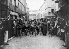 1908 31/7 rit 10 Mont-de-Marsan > Maurice Martin donne le signal àprés la neutralisation.  (de gauche à droite) Omer Beaugendre, Lucien Petit-Breton, François Faber, Georges Paulmier (derrière penché), Paul  Chauvet, Georges Passerieu, Luigi Ganna (derrière), Gustave Garrigou (à droite)