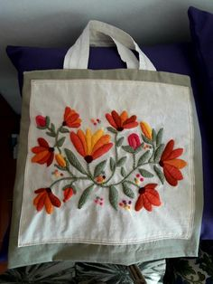 Bordado a mano Chimbela Villafañe. Mexican Embroidery, Embroidery Bags, Hand Embroidery Patterns, Embroidery Stitches, Brazilian Embroidery, Quilling Designs, Fabric Painting, Flower Patterns, Sewing Crafts