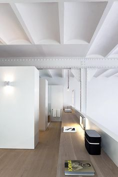 Planell-Hirsch Oficina de Arquitectura designed a loft in an old factory building in Barcelona keeping industrial details while adding modern elements. Best Interior Design, Interior Design Inspiration, Interior Decorating, Interior Modern, Design Ideas, Lofts, Modern Office Decor, Office Ideas, Mexican Home Decor