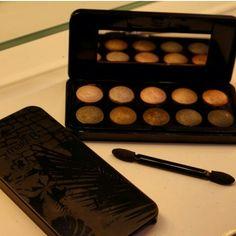 Genteeeeeem! O que é  essa paleta de cores maravilhosa ao estilo baked?!  Eu sou louca para ter uma com cores versáteis e atemporais, perfeita para qualquer ocasião e estação! Infinitos looks! @oboticario lança a Palette Baked Essentials da linha incrível de MakeB! Morri de amores! E mais, a Palette vem com uma capinha de celular no trend MakeB!   #blogcharmecharmosa #blogger #blog #spfw #beaute #maquiador #makeupartist #brush #makeupbrushes #eumaquio #make #makeup #makeupideias #maquiagem…
